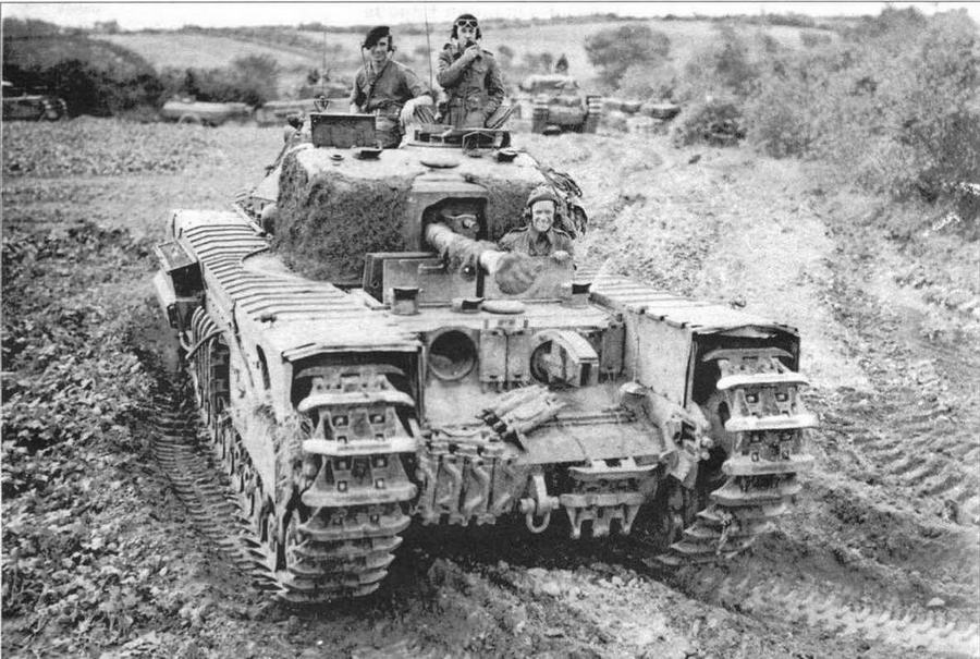 Огнеметный танк «Черчилль- крокодил». Несмотря на мощную лобовую броню, экипажи все равно навешивали на нее в качестве усиления гусеничные траки (на фото вверху — от «Шермана»),