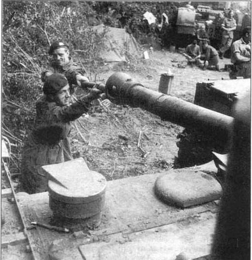Танкисты 107-го полка Королевского танкового корпуса за чисткой 75-мм пушки танка «Черчилль». Нормандия, окрестности г. Кана, 17 июля 1944 года