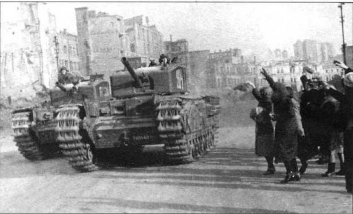 Киевляне приветствуют освободителей — танкистов 48 отд. гв. тпп, вооруженного танками «Черчилль III». Ноябрь 1943 года