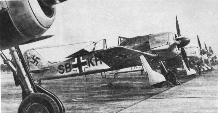 Линейка самолетов FW190A-1 в Мариенбурге