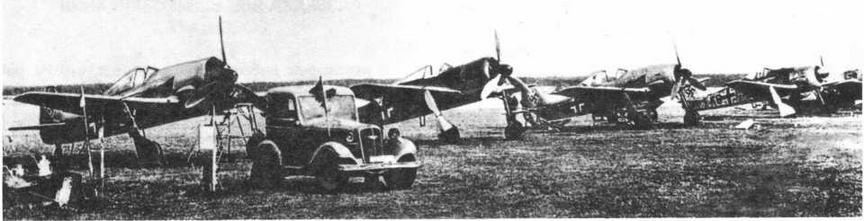 Линейка опытных и предсерийных FW190 на аэродроме Бремен. Второй слева - V1, третий слева - V5