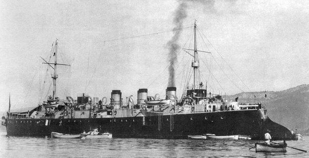 """Французский броненосный крейсер """"Адмирал Патуа""""."""