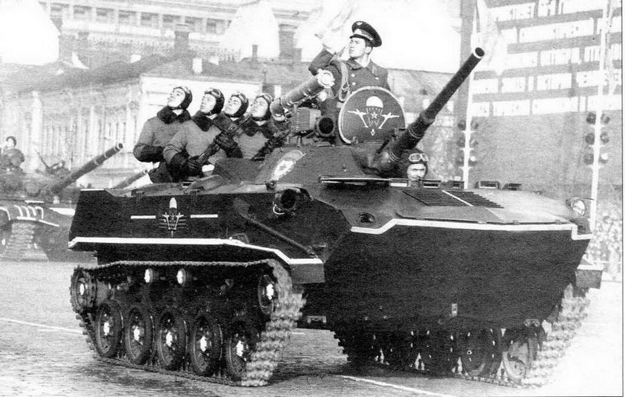 Боевая машина десанта БМД-1П на Красной площади. Москва, 7 ноября 1983 года