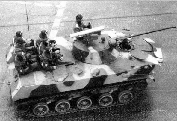 Вид сверху на БМД-2. Парадное размещение десантников такое же, как и на БМД-1. Москва, 7 ноября 1990 года