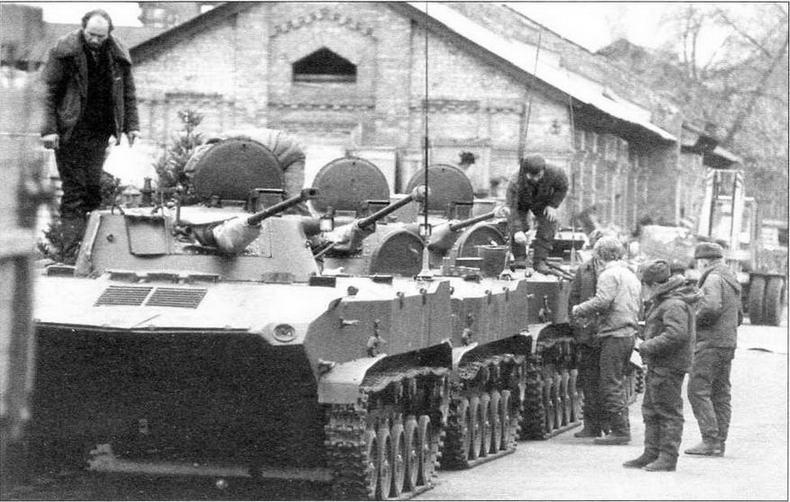 Вывод войск из Литвы. БМД-2 7-й гвардейской воздушно- десантной дивизии перед погрузкой в эшелон. Март 1992 года