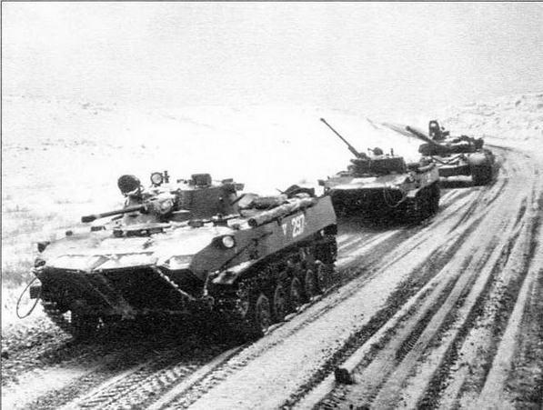 Колонна военной техники (две БМД-2 и танк Т-72) из состава Моздокской группировки российских войск направляется в сторону Грозного. 21 декабря 1994 год