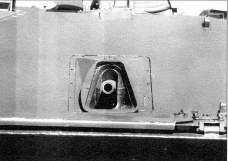 Защитное стекло колпака прицела БПК-1-42 закрыто броневой заслонкой, предохраняющей ночную ветвь прицела от засветок. Перед откинутой крышкой люка стрелка-гранатометчика установлен перископический прицел, предназначенный для стрельбы из автоматического гранатомета АГ-17 «Пламя», размещенного в правой части лобового листа корпуса машины
