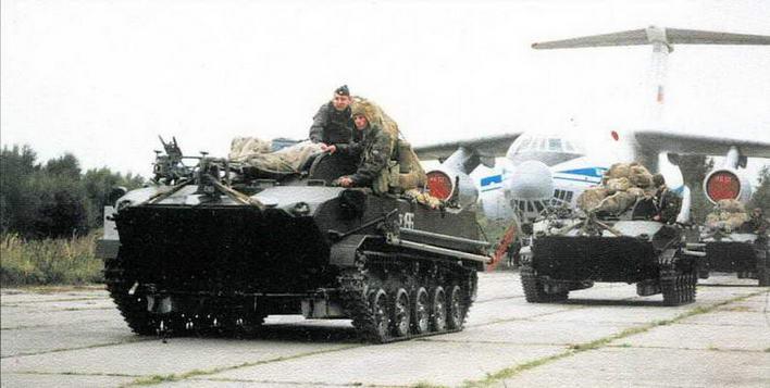Загрузка в самолет подготовленных к десантированию боевых машин БМД-1 одного из подразделений 76-й гвардейской Черниговской Краснознаменной воздушно- десантной дивизии