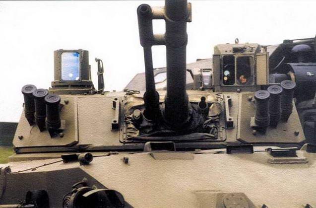 Башня боевого отделения «Бахча У». Справа от пушки, на крыше башни установлен комбинированный дневной/ночной прицел наводчика, слева — тепловизор
