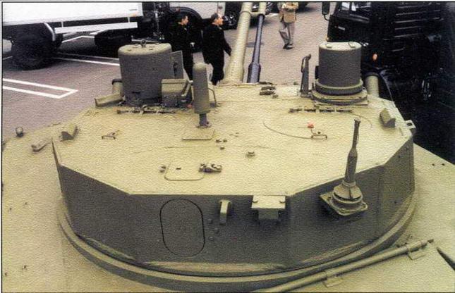 Вид на башню сзади-сверху. В центральной части крыши, под защитным колпаком характерной формы, размещена антенна спутниковой навигации
