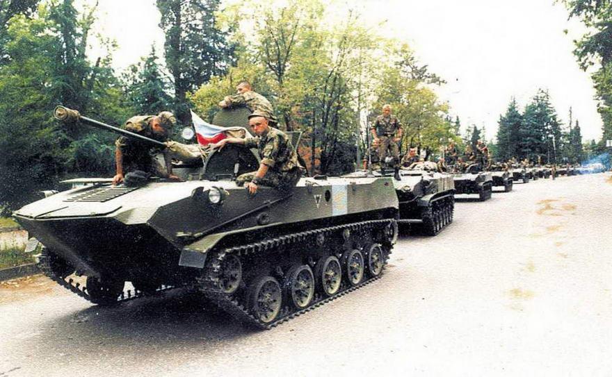 Боевые машины десанта БМД-2 и бронетранспортеры БТР-Д, одного из подразделений миротворческих сил, занимают позиции на линии грузино-абхазского противостояния. Абхазия, июнь 1994 года