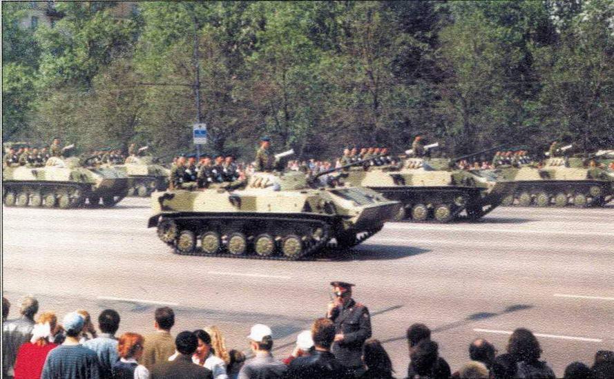 Боевые машина десанта БМД-3 е парадном строю проходят по Кутузовскому проспекту. Москва, 9 мая 1995 года