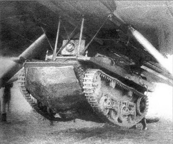 Танк Т-37 А на подвеске ТВД-2 под бомбардировщиком ТБ-3 перед сбрасыванием. Под танком закреплен специальный лист для предохранения днища при ударе о воду.