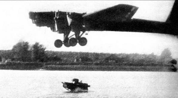 Сброс танка Т-37А на воду. МВО, Медвежьи озера, 1936 год