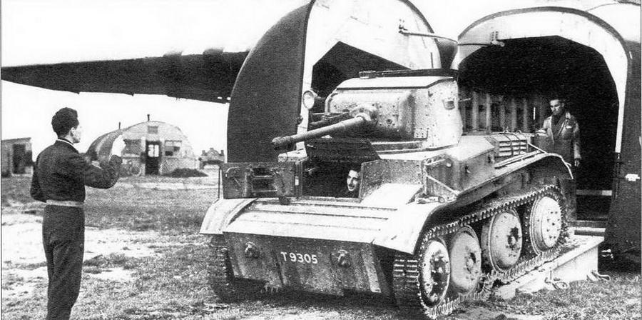 Английский легкий танк Mk VII «Тетрарх» загружается в десантный планер «Гамилькар»