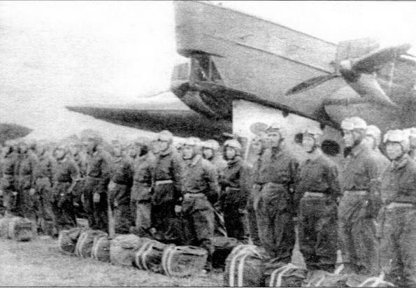 Парашютисты особого авиадесантного отряда № 3 перед посадкой в самолет ТБ-1. 1932 год