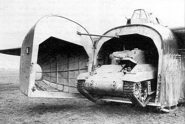 Американский легкий танк М22 «Локаст» выезжает из десантного планера «Гамилькар»