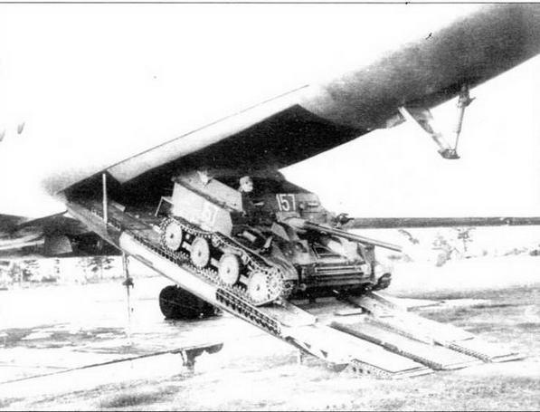 Выезд самоходной установки АСУ-57 из самолета Ту-107 (вариант Ту-104)
