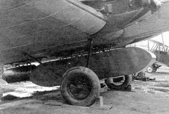 Грузовой ящик с парашютом под бомбардировщиком ТБ-1