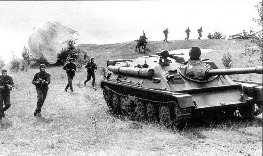 АСУ-85 поддерживают десантников в учебной атаке. 1965 год