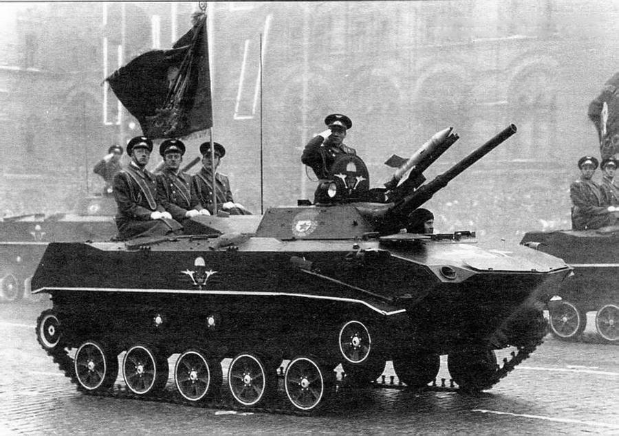 Впервые в параде в Москве БМД-1 участвовали 7 ноября 1977 года