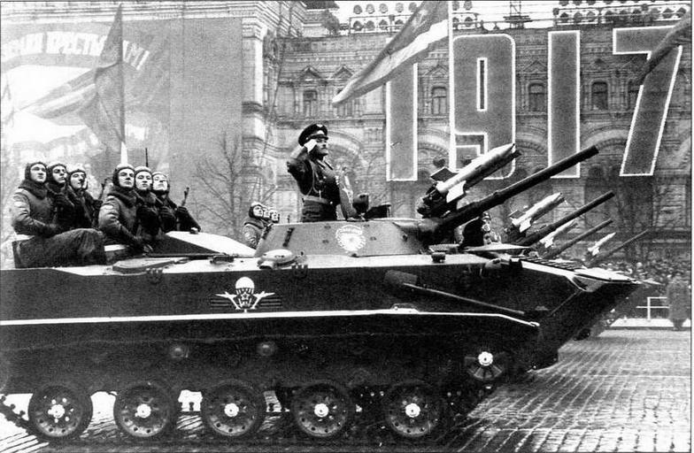 На Красной площади — БМД-1 поздних выпусков. 7 ноября 1981 года. Эти машины легко отличить по новым опорным каткам и устройству отсекания свинцовых брызг на верхнем лобовом листе корпуса