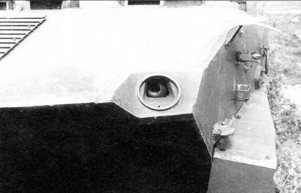 Амбразура с шаровой установкой левого курсового пулемета ПКТ