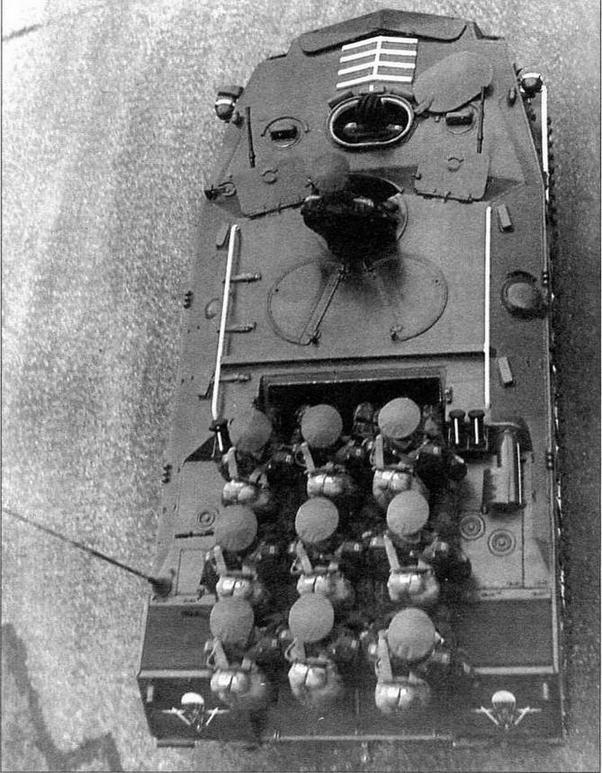 Вид на БТР-Д сверху. Москва, 9 мая 1985 года. В парадном варианте крышка кормового люка снималась, а на крыше МТО устанавливались сиденья для размещения девяти десантников