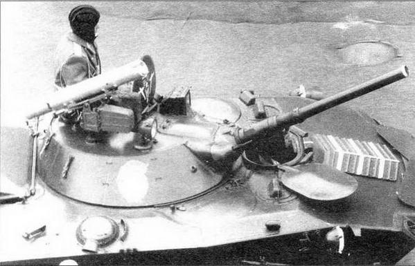 Боевая машина десанта БМД-1П (в центре). Основным отличием БМД-1П от БМД-1 стала пусковая установка комплекса «Конкурс», размещенная на крыше башни