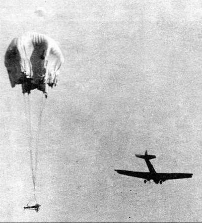 Сброс полковой пушки с парашютом. 1932 год
