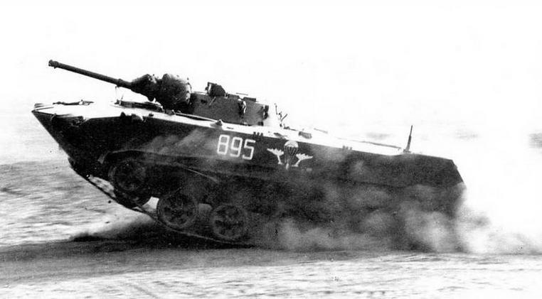 БМД-1 в атаке после приземления. На стволе орудия видны остатки укладки парашютнореактивной системы ПРСМ-915. Учения «Запад-81», сентябрь 1981 года
