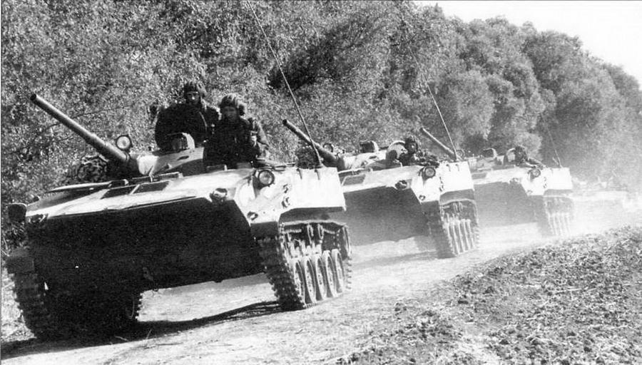 Боевые машины десанта БМД-1П молдавской армии на учениях. Ноябрь 1992 года