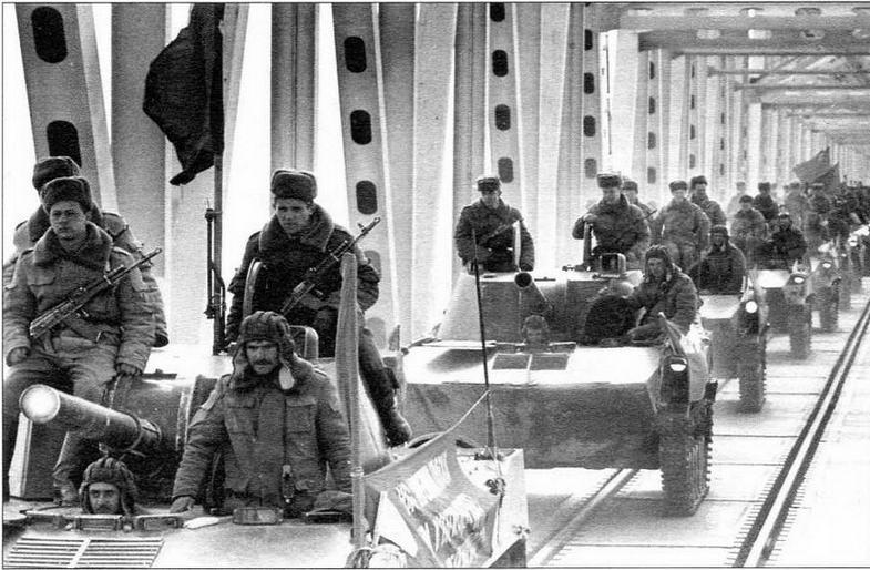 Самоходные орудия 2С9 в колонне советских войск, покидающих Афганистан. Термез, 7 февраля 1989 года