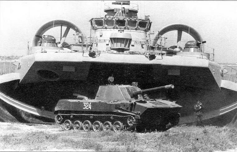 Самоходное орудие 2С9-1 «Свиристелка» одного из подразделений морской пехоты выезжает из десантного корабля на воздушной подушке