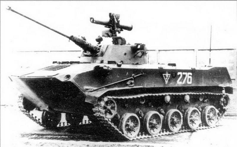Боевая машина десанта БМД-2 ранних выпусков. Об этом говорит наличие левой установки курсового пулемета