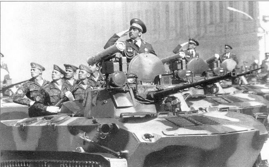 Боевые машины десанта БМД-2 проходят по Красной площади. 9 мая 1990 года