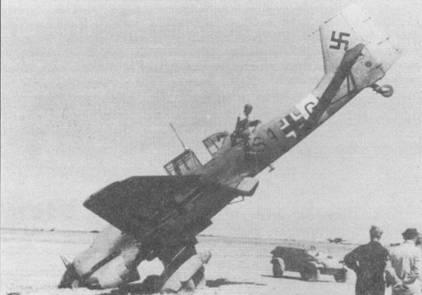 Заруливая после посадки, бомбардировщик «S1+GK» из 2./SI.G-3 совершил «Kopfstand» — встал на голову. Подобные ситуации случались достаточно часто, так как нос «Штуки» был довольно массивным. Совершить классическую посадку на три точки пилотам Ju-87 на примитивных африканских аэродромах удавалось далеко не всегда. Посадка «не по правилам» увеличивала вероятность «Kopfstand'a». «Гладкая» однотонная песочно-желтая окраска самолета не характерна для St.G-3.