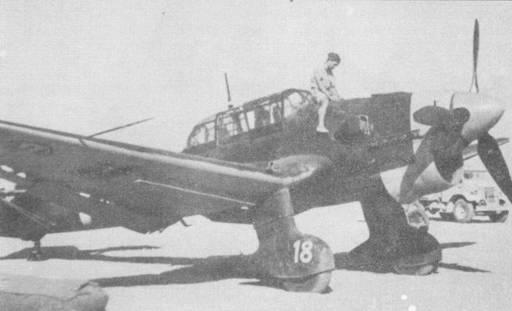 Италия получила более 100 пикировщиков Ju- 87, которые Regia Aeranautica широко использовала в Северной Африке и на Средиземноморье. На снимке Ju- 87B-2/Trop (Werke №5763) ВВС Италии, доставшийся англичанам в качестве трофея в сентябре 1941г. Верхние и боковые поверхности самолета окрашены в темно-зеленый цвет, нос — желтый.
