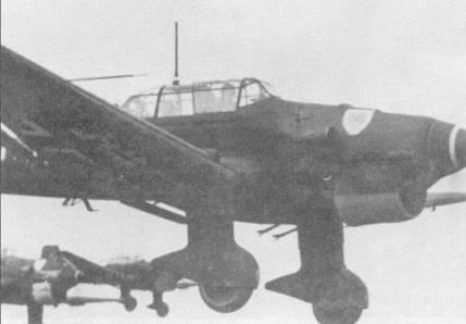 С первых дней проведения операции «Барбаросса» пикирующие бомбардировщики Ju-87 демонстрировали свою разрушительную мощь. На снимке звено Ju- 87В-1 и Ju-87 В-2 возвращаются с боевого задания.