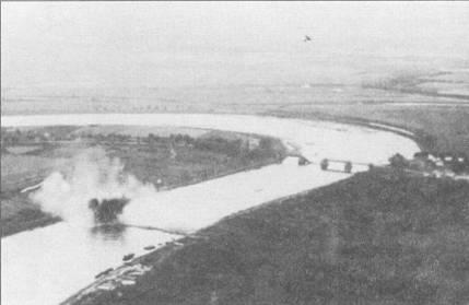 «Штука» в работе! Летчик добился прямого попадания бомбой в понтонный мост. На выходе из пикирования из-за недостаточной скороподъемности Ju-87 был наиболее уязвим. Летчики истребителей союзников быстро узнали об этом недостатке «Штуки» и умело его использовали.