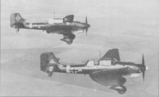Согласно ряду источников в 1940г. I./St.G-76 была преобразована в III./St.G-76, но совершенно очевидно. что самолеты бывшей I группы 76-й эскадры сохранили прежнюю систему идентификации (код группы «F1»), по крайней мере, в первый период второй мировой войны. Снимок двух Ju-87 В из 7-го стаффеля сделан на Восточном фронте. Бортовой код самолета на переднем плане «Fl+КМ», бомбардировщик имеет желтый нос и желтое кольцо вокруг фюзеляжа — отличительные признаки немецких самолетов Восточного фронта.