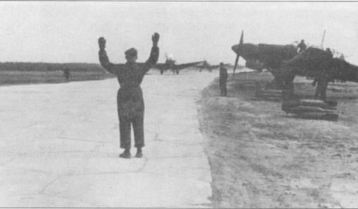 Пикирующие бомбардировщики выруливают на взлет. Самолет справа к боевому вылету пока не подготовлен — не подвешены бомбы.