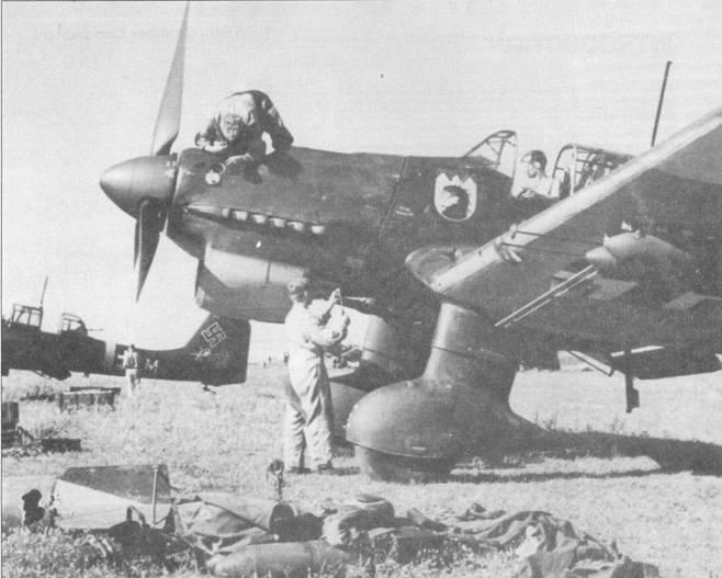Подготовка к боевому вылету пикирующего бомбардировщика Ju-87 из 7./Stukageschwader-77, Восточный фронт. Все модификации «Штуки», исключая «Антона», воевали на Востоке <a href='https://arsenal-info.ru/b/book/44673395/3' target='_self'>с 22</a> шоня 1941г. по май 1945г.