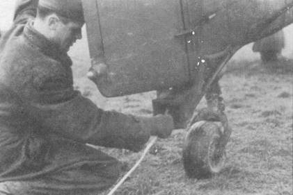 Техник подсоединяет буксирный трос к стыковочному узлу, стыковочный узел можно было монтировать в полевых условиях на Ju-87 любой модификации. Узел сваривался из стальных труб.