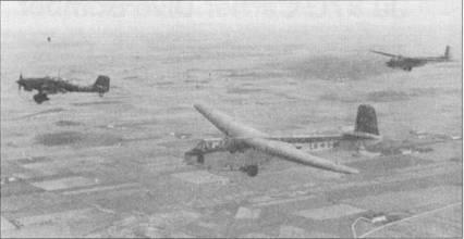 Основной «нагрузкой» при использовании Ju-87 в качестве буксировщика являлись десантные планеры DFS-230A/B. Из-за большого радиуса действия в качестве буксировщиков на Средиземноморье и на Восточном фронте чаще всего применялись Ju-87R-2. На снимке — Ju-87R-2 с планером DFS-230 на буксире.