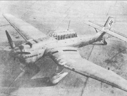 Подписи под данной фотографией часто ошибочны. Как правило, они гласят, что на снимке запечатлен Ju-87B-1 раннего выпуска, хотя на самом деле — это прототип палубного пикирующего бомбардировщика Ju-87C-0. При внимательном анализе снимка можно заметить тормозной гак в хвосте нижней части фюзеляжа. Самолет имеет цвет натурального металла (не окрашен), только на вертикальном оперении нанесена широкая красная полоса, а на ней белый круг с черной свастикой. Несколько серийных Ju-87C были окрашены по трехцветной камуфляжной черно-зеленой/темно-зеленой/светло-голубой схеме (на нижнем фото).