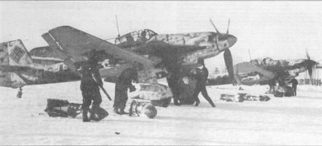 Второй получила «Доры» эскадра St.G-1. Обратите внимание на облезшую белую краску и сильнейший налет копоти на бортах фюзеляжей бомбардировщиков от выхлопов двигателей Jumo-211.