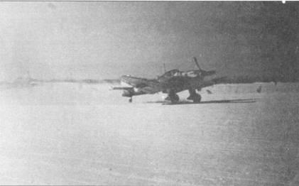 Пикирующий бомбардировщик Ju-87D-1 раннего выпуска взлетает с заснеженного аэродрома, февраль 1942г.