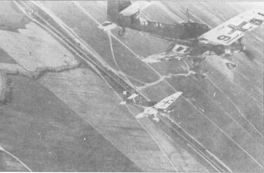 Пара Ju-87D-1 из St. G- 2 ложится на боевой курс. Заметны идентификационные литеры стаффеля, нанесенные на нижние поверхности плоскостей крыла.