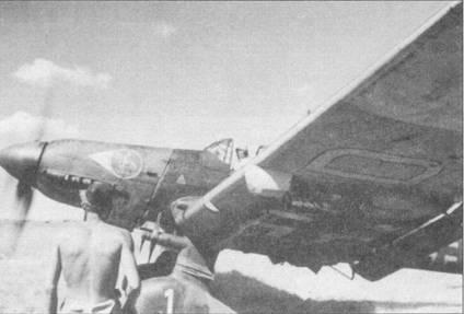 Место в кабине своего Ju-87D-1 занял полковник Эрнст Купфер, II/St.G-2, Восточный фронт, 1942г. На капоте двигателя видна эмблема группы — «Бамбергский рыцарь». Перед эмблемой — стилизованное изображение шеврона самолета командира группы. Положенные по штату командирским машинам шевроны нечасто можно было увидеть на пикирующих бомбардировщиках.